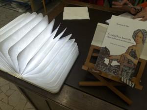 Libro De Mari La mia Elena Lucrezia su scrivania